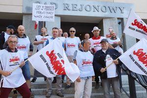 Rozprawa w sprawie Zbigniewa B., dyrektora Teatru Jaracza w Olsztynie. Przed sądem odbyły się dwie manifestacje