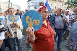 Olsztyn protestuje przeciwko likwidacji TVN. Na manifestację przyszli politycy różnych opcji [ZDJĘCIA]