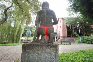 Rzeźba w Parku podzamcze w Olsztynie zniszczona. Wandal domalował Amorowi stringi