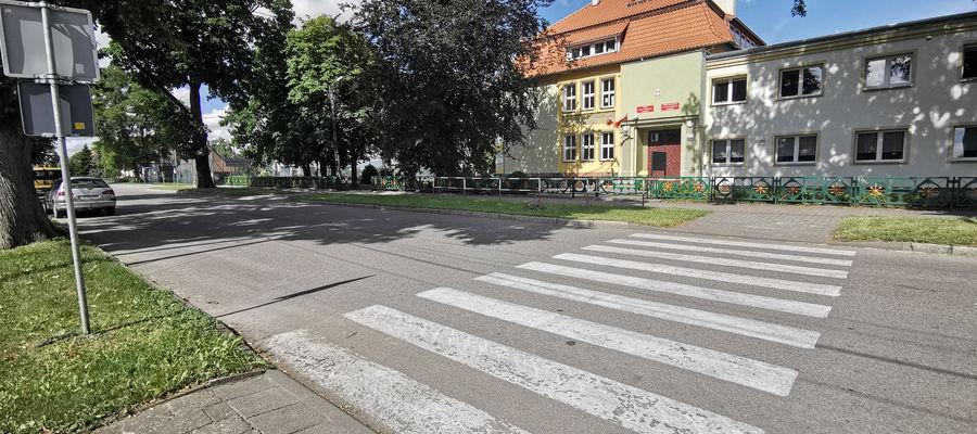 Przejście dla pieszych znajduje się przy zespole szkół oraz stadionie miejskim