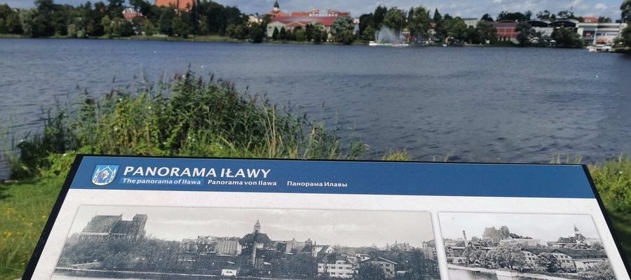 Jedna z tablic umiejscowiona jest nad brzegiem Małego Jezioraka, od strony ulicy Mickiewicza (dawna panorama Iławy)
