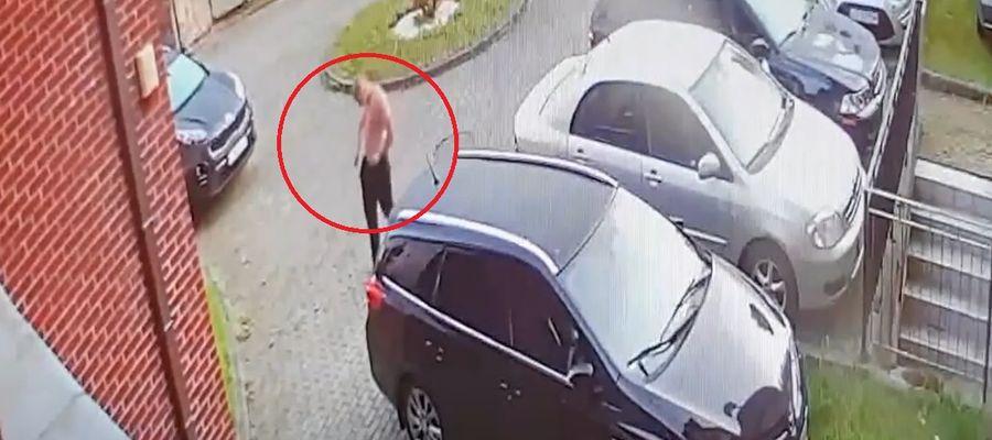 Na zapisie z kamer widać jak mężczyzna rzuca kamieniem w samochód