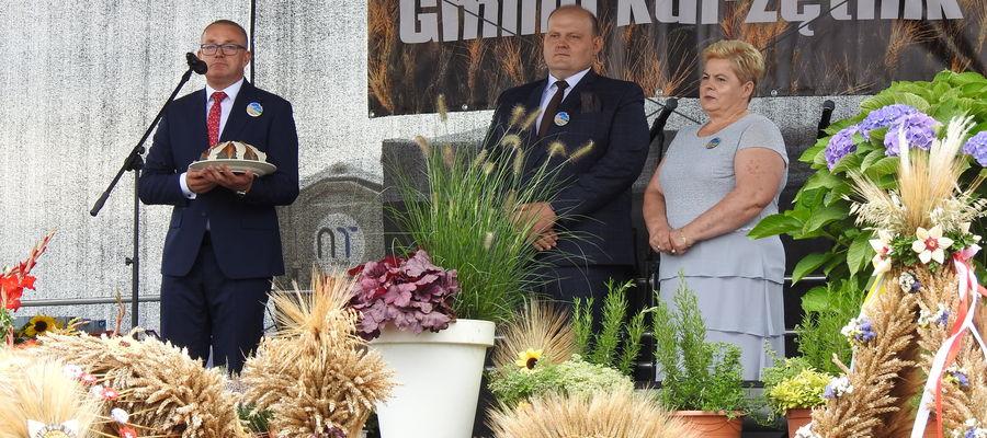Starostowie dożynek przekazali bochen chleba wójtowi gminy Kurzętnik