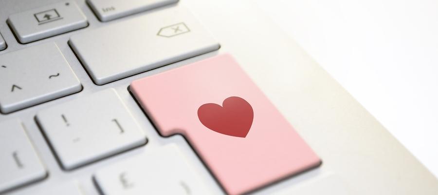 Policja apeluje o ostrożność w sieci podczas kontaktu z nieznajomymi osobami