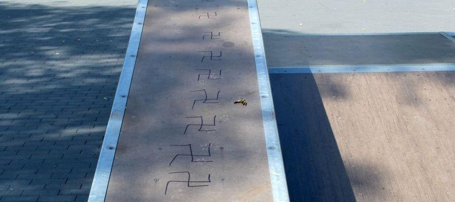 Swastyki na rampie nastolatek narysował markerem