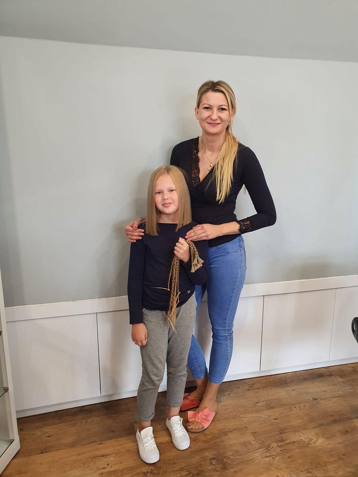 8-letnia Kaja z fryzjerką Justyną Umińską chwilę po ścięciu włosów