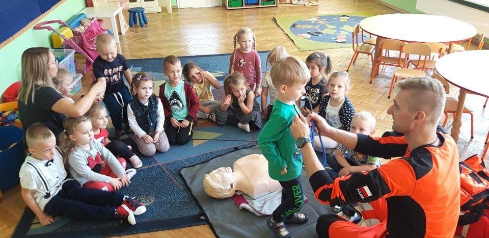 Ratownik medyczny odwiedził dzieci
