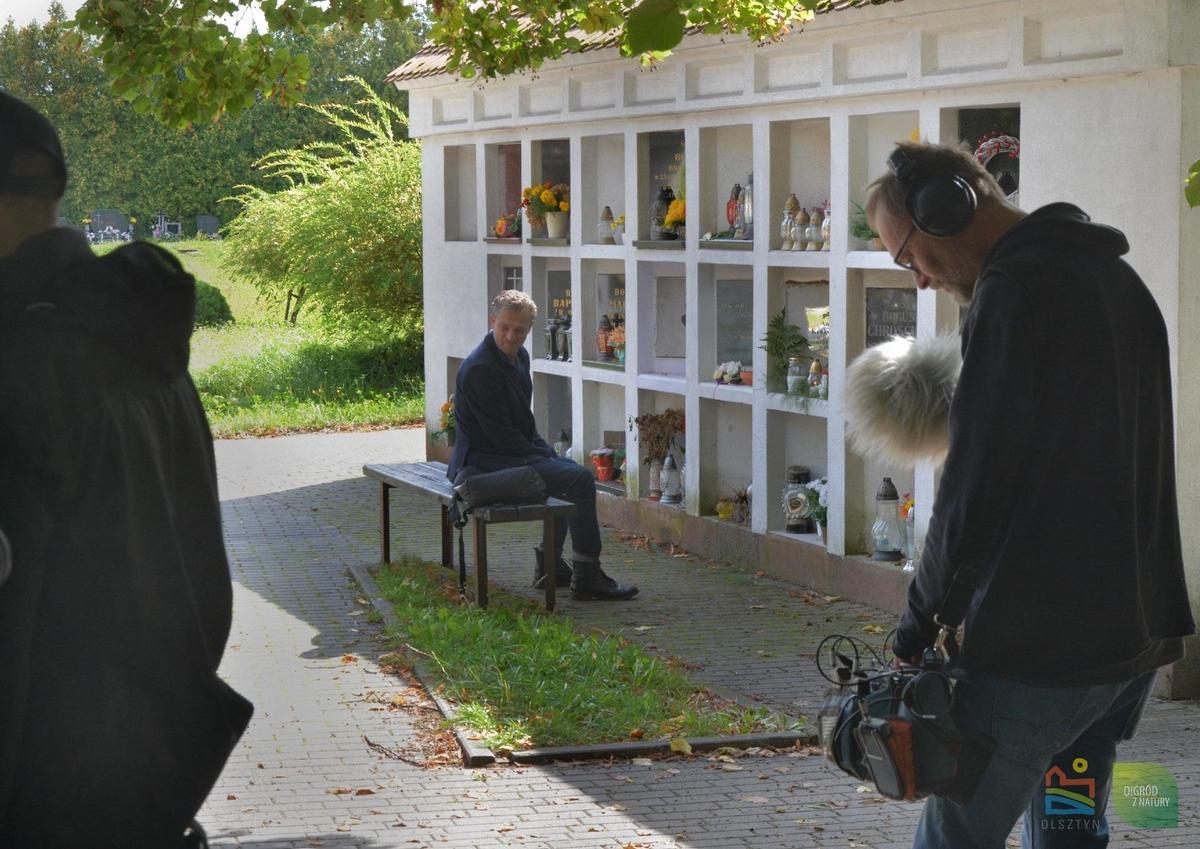 Na planie filmowym na cmentarzu w Olsztynie pojawił się Grzegorz Damięcki i Jacek Borusiński - full image