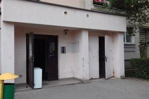 Policja właśnie forsuje drzwi na Orłowicza