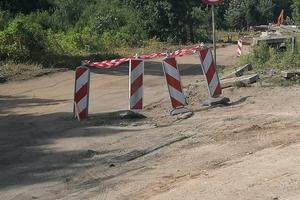 Dojazd do sklepu przez chodnik? Sklep walczy z urzędem miasta w Mrągowie o drogę dojazdową dla klientów [INTERWENCJA]