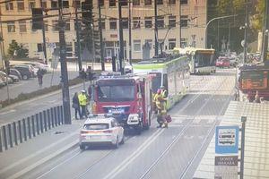 Dostawczy opel zderzył się z tramwajem w centrum miasta