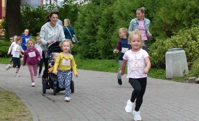 Dzieci uwielbiają biegać, a królowa sportu przyciąga tłumy! [zdjęcia, wideo]