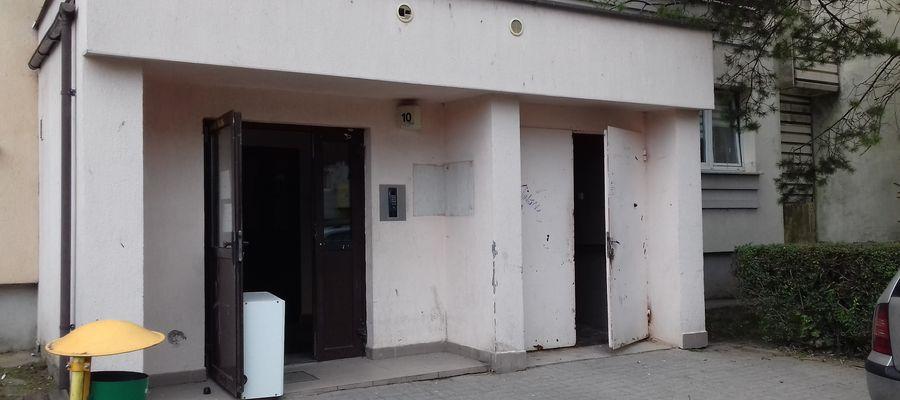 W mieszkaniu jednej z klatek tego bloku przy ul. Orłowicza 10 znaleziono denata