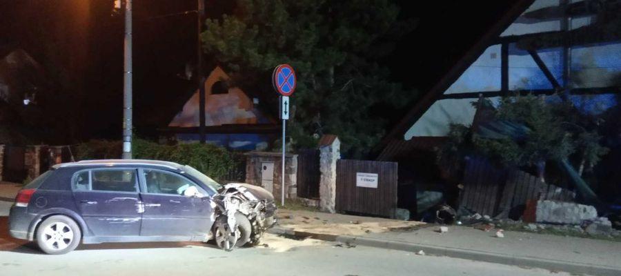 Pijani 16-latkowie zakończyli jazdę na ogrodzeniu posesji
