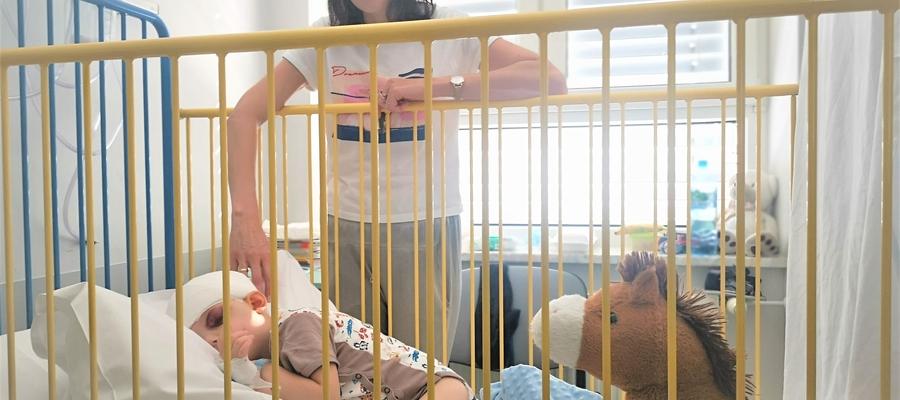 Alessandro z mamą w szpitalu dziecięcym w Olsztynie