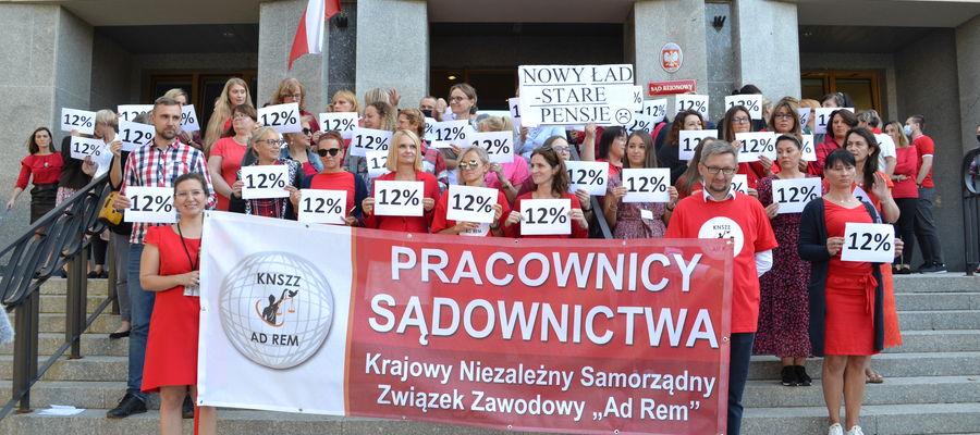 10 września pracownicy administracyjni Sądu Rejonowego w Olsztynie wyszli na schody przed sądem, żeby protestować