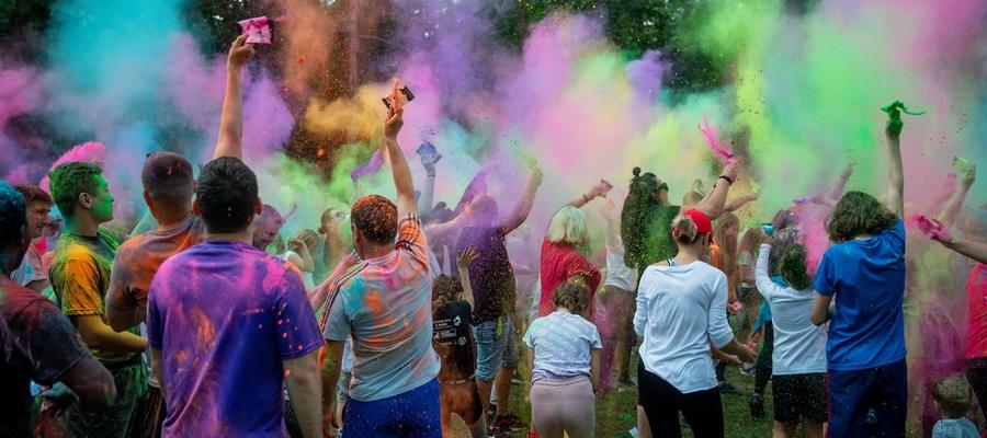 Tradycyjna, widowiskowa walka na kolorowy proszek holi