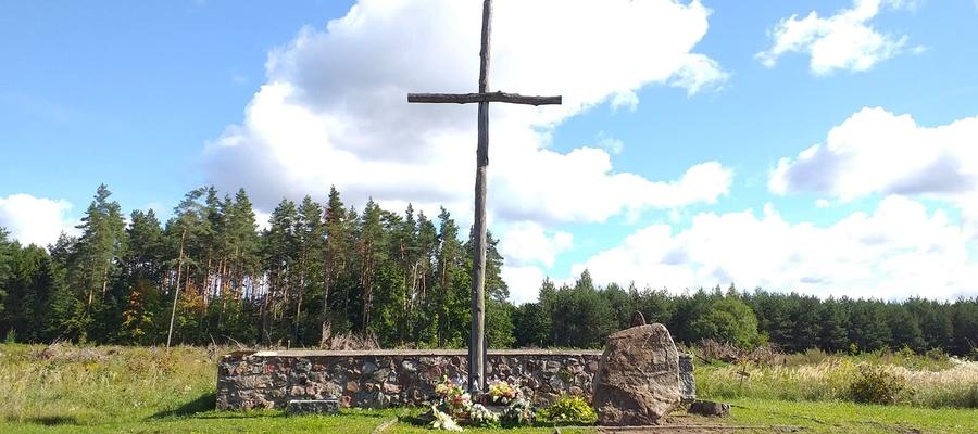 Na początku września obok cmentarnego krzyża stanął duży kamień