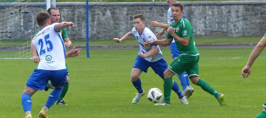 W środku zdjęcia Michał Kwiatkowski (przepycha się między rywalami), strzelec gola na 2:1 dla Jezioraka