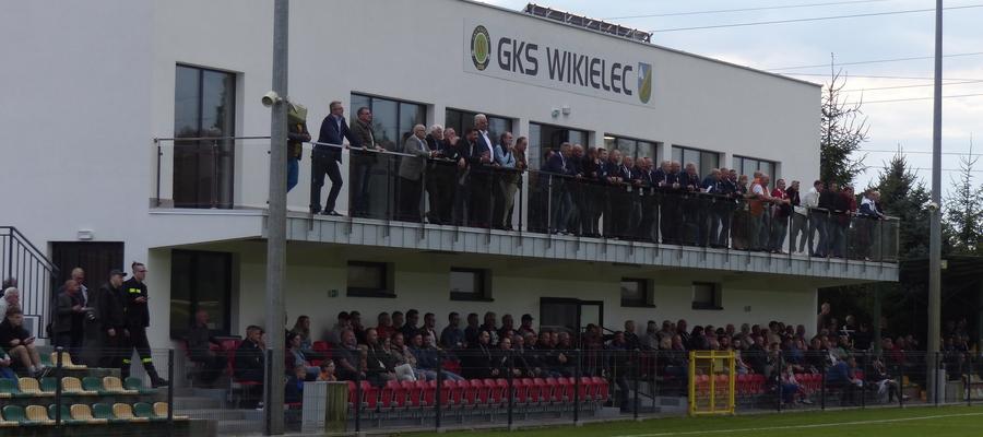 Tan z perspektywy murawy prezentuje się stadion w Wikielcu