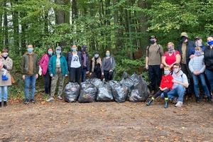 Przypominamy: śmiecenie to obciach! Mieszkańcy Iławy posprzątają las