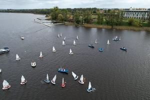 Regaty młodych żeglarzy na Jezioraku widziane z lotu ptaka [video, zdjęcia]