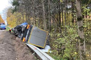 Samochód ciężarowy wpadł do rowu. Utrudnienia w ruchu