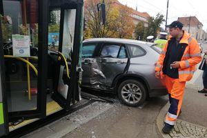 Wjechała BMW prosto pod autobus. Ruch w centrum Olsztyna zablokowany