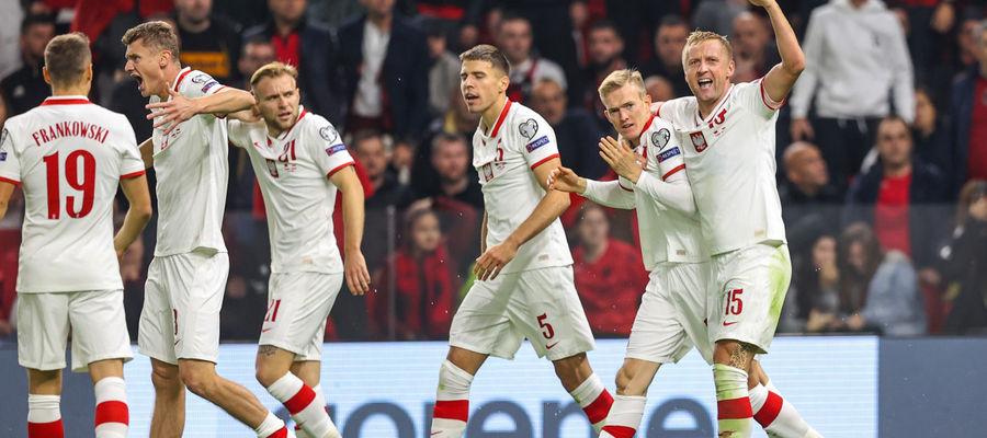 Karol Świderski (drugi z prawej) właśnie strzelił gola, po czym wszyscy... zeszli do szatni. Świetną partię rozegrał w Tiranie m.in. Paweł Dawidowicz (drugi z lewej), wychowanek Sokoła Ostróda i olsztynianin z urodzenia