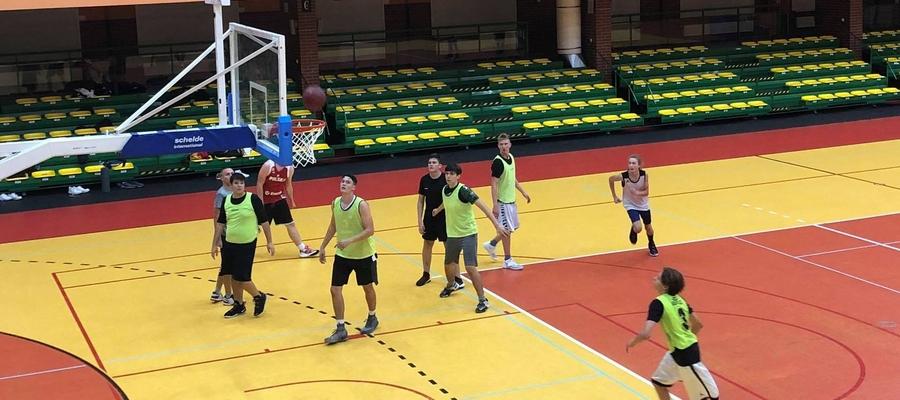 Gierka wewnętrzna koszykarzy Orka Iława Basketball w trakcie treningu w hali miejskiej