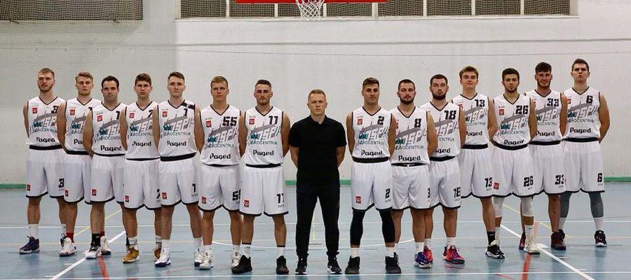 Zawodnicy trenera Radosława Koniecko (stoi w środku) odnieśli swoje premierowe zwycięstwo w II lidze