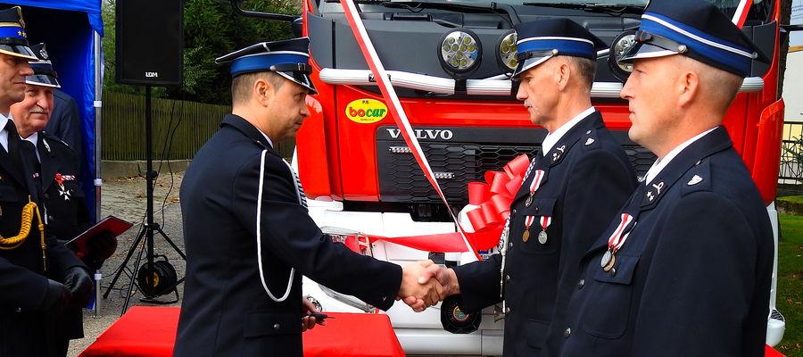 Wręczenie kluczyków do nowego samochodu pożarniczego dla OSP w Skarlinie
