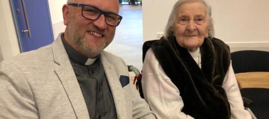 W uroczystym spotkaniu z okazji z okazji 102. urodzin pani Irmgard Malinowskiej wziął udział ks. Marcin Pysz, proboszcz parafii ewangelicko-augsburskiej w Piszu