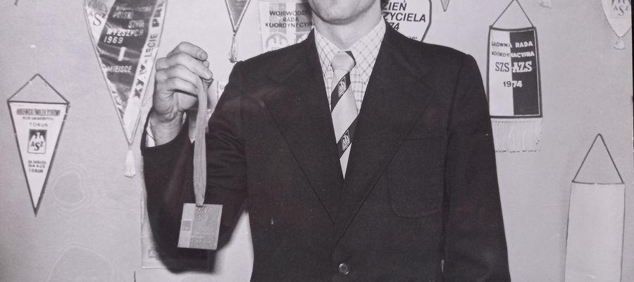Mirosław Rybaczewski prezentuje złoty medal mistrzostw świata