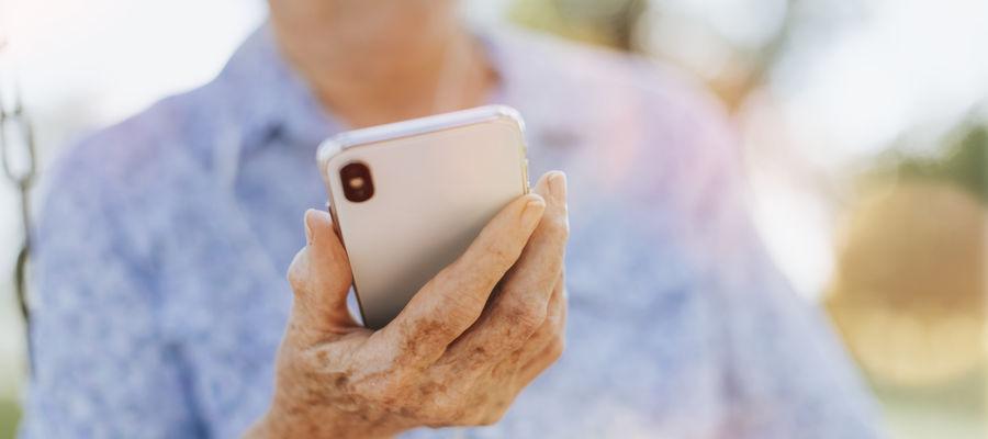 Seniorzy i seniorki coraz częściej padają ofiarami oszustów