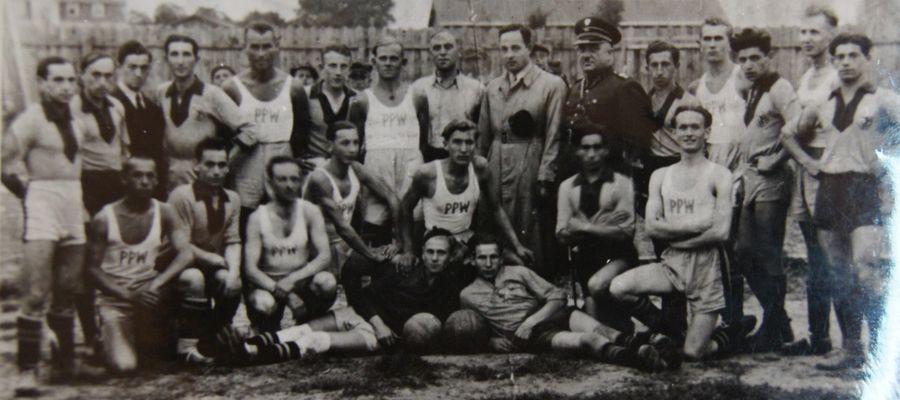 """Drużyna PPW (białe stroje) i """"Hapoel"""" – 1935r"""