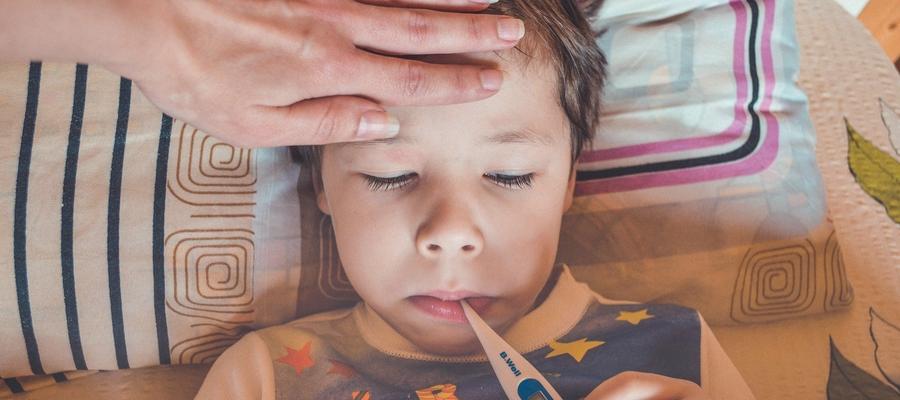 Chore dzieci przychodzą na lekcje. Gdyby zostały w domu, zakażeń koronawirusem mogłoby być mniej